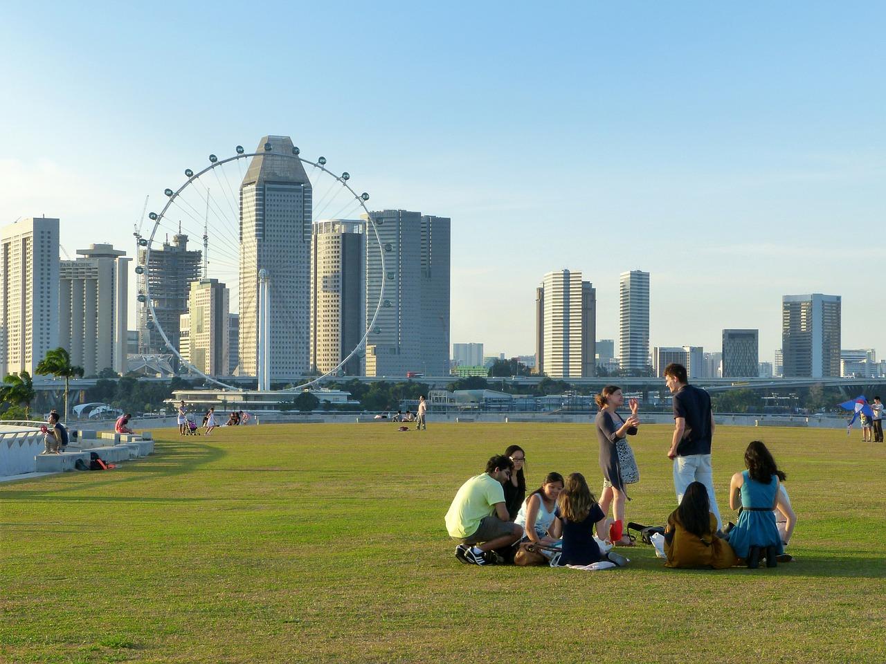 エンプロイメントパスの申請条件である最低給与額の引き上げと、シンガポール人の採用について